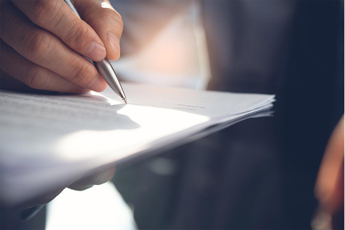 dieses Foto zeigt einen Vertrag, der unterschrieben wird