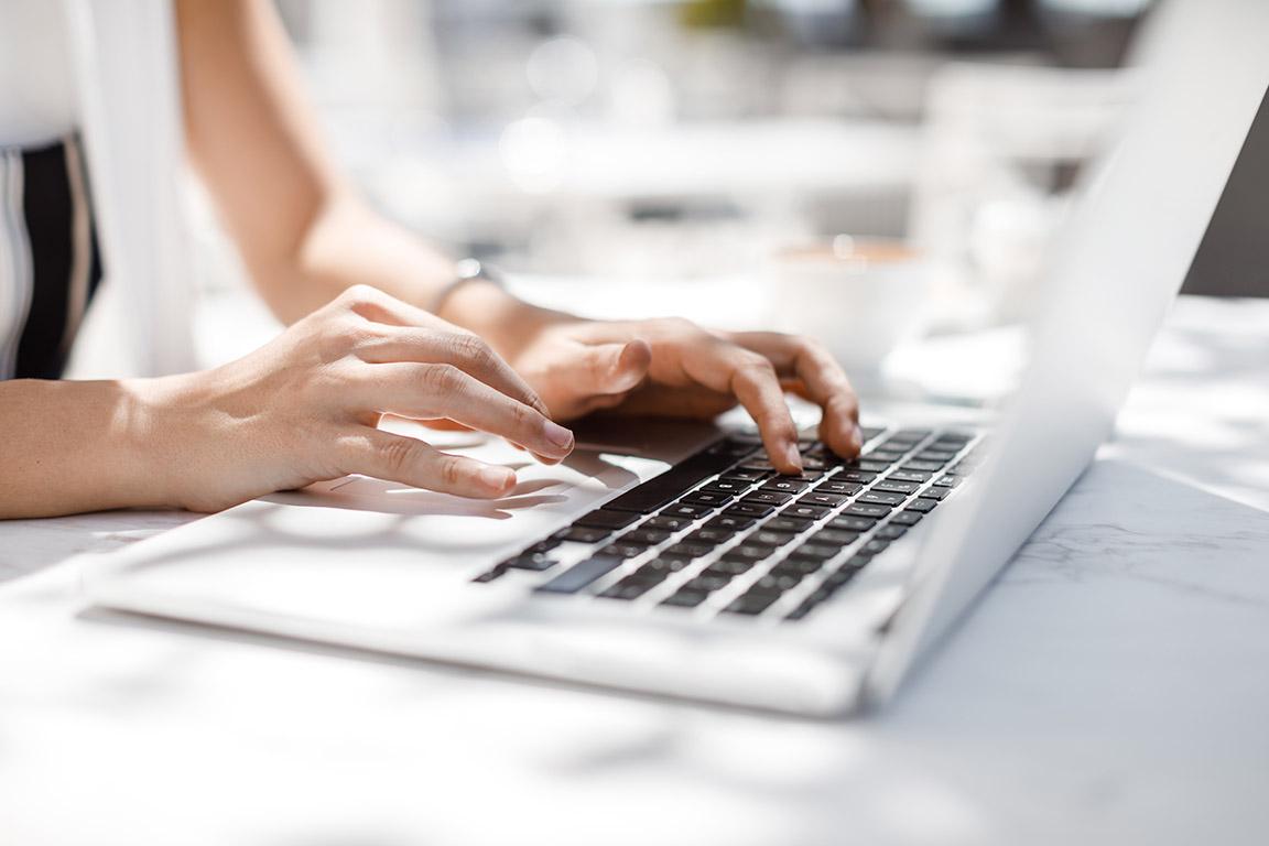 dieses Foto zeigt eine Frau an einem Laptop