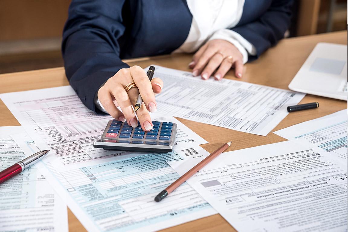dieses Foto zeigt eine Frau und Steuerformulare